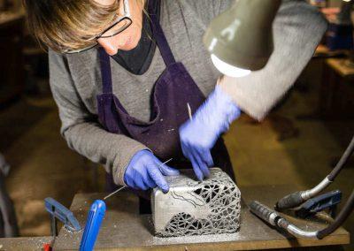 Portrait de Sylvie capellino Luminaire en dentelle, métal et cuir