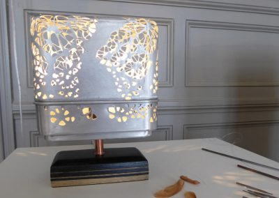 Luminaire en dentelle, métal et cuir