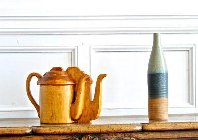 théière et bouteille sculptée en bois