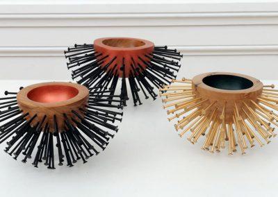 petites sculptures réalisées en bois tourné et clous