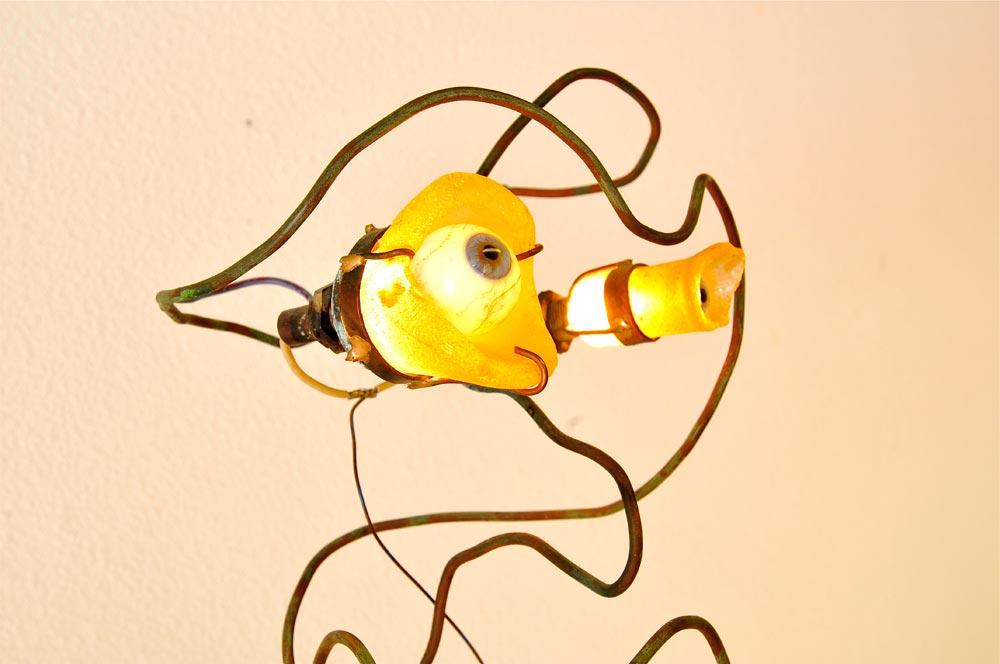 Luminaire en métal représentant un bonhomme