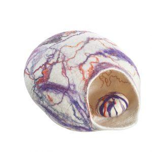 Cocon décoratif en laine feutrée et fils de soie et son galet de feutre coordonné