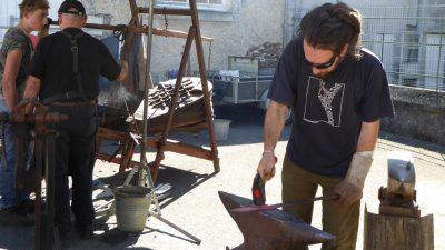 Démonstration de forge sur le stand de la BKS pendant la Fête du Couteau à Nontron