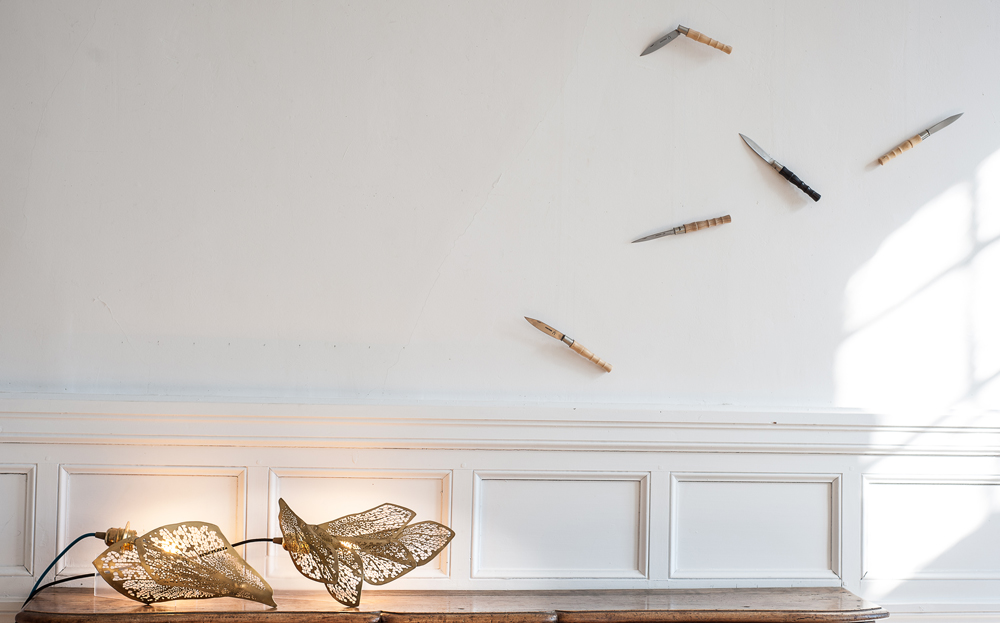 """Sculptures luminaires de Sylvie Capellino, 1P2L - couteaux """"Libellule"""" de la Coutellerie nontronnaise avec C. Ghion - photo JY Le Dorlot - 2018"""