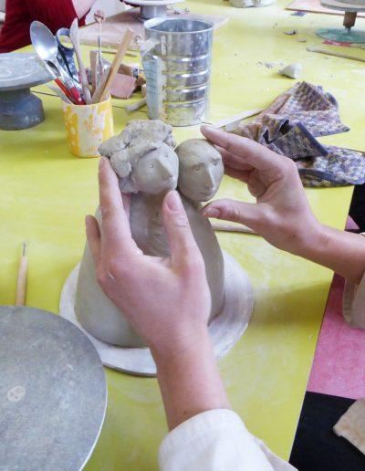 travail du modelage en cours de céramique adultes sur la figure humaine