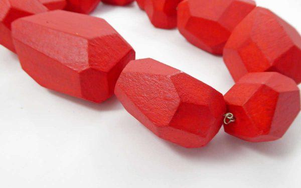 Collier de grands polyèdres rouges