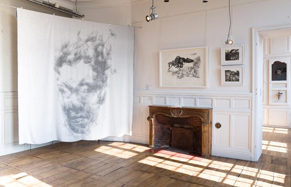 """exposition """"Grand Village - Lithographies et tissages"""" - tissage d'après une oeuvre de Diane victor par Côme Touvay et Verilin - lithographies Diane Victor - photo JY Le Dorlot"""