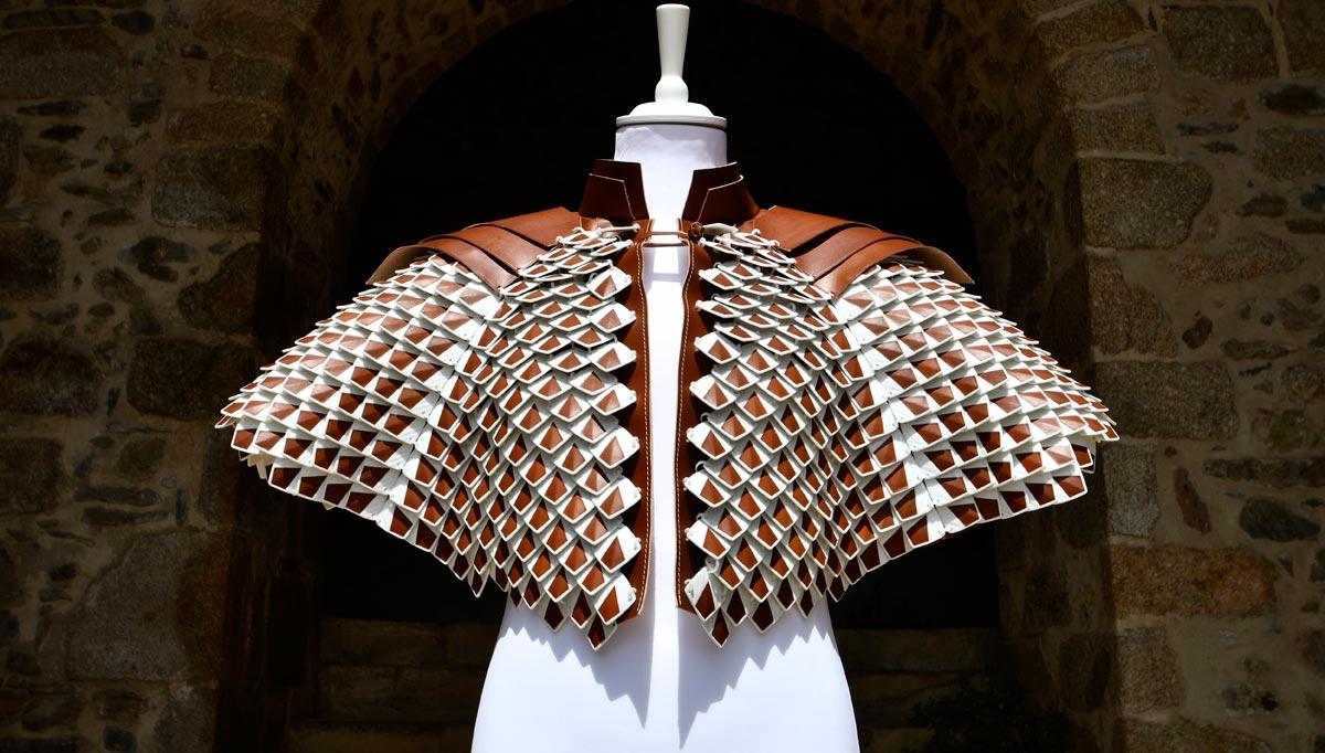 Cuir de dragon, la Cape de Saint-Junien, cocréation Laëtitia Fortin avec le CRAFT Limoges, photo Lionel Mansion