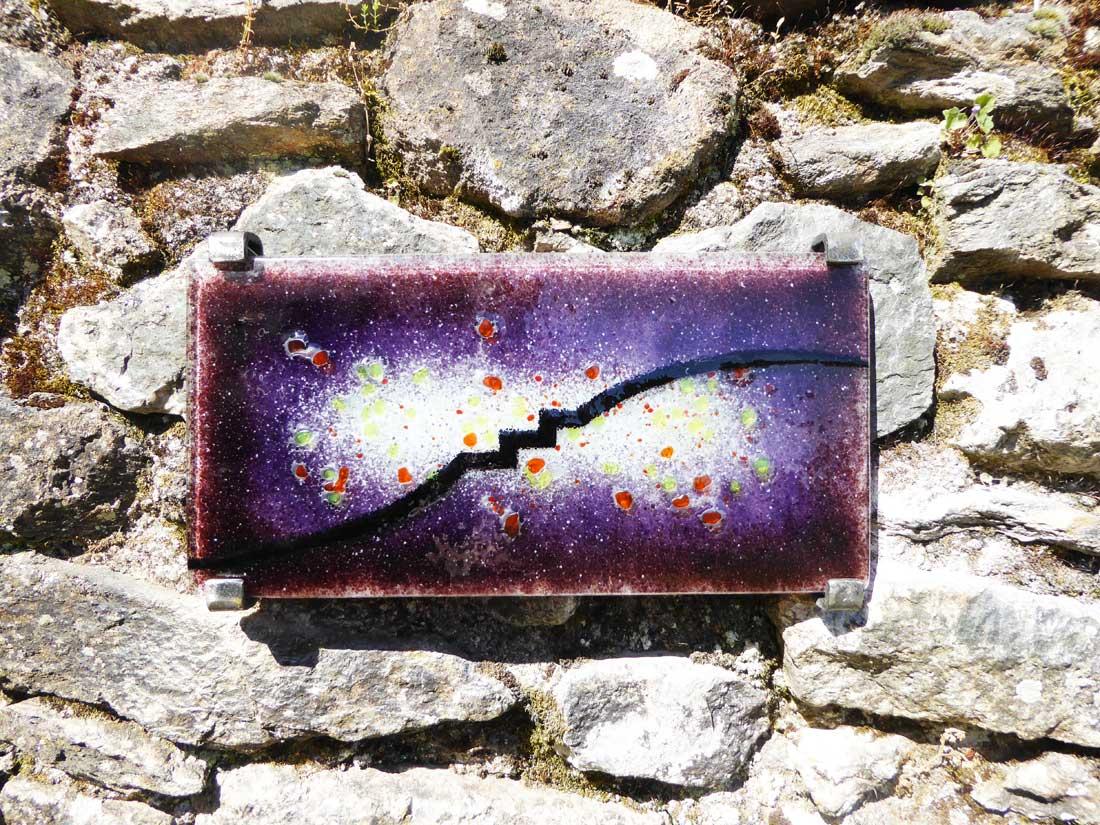 Signe en verre fusionné par Marilia Schetrite - Itinérance nontronnaise, les signes métiers d'art