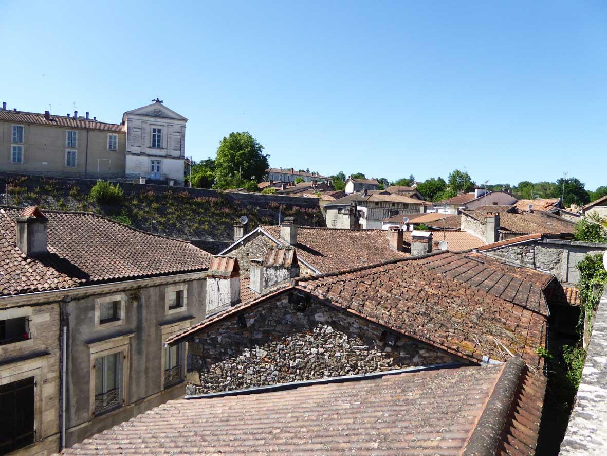 Vue des toits de Nontron et l'ancien tribunal - Itinérance nontronnaise, les signes métiers d'art