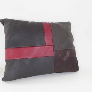 Coussin-cuir-rouge-noir-brigitte-paillet