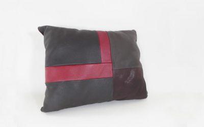 Coussin en cuir rouge et noir
