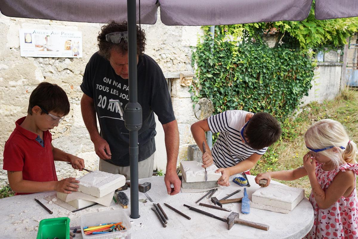 Atelier de taille de bas-relief dans l'atelier du sculpteur