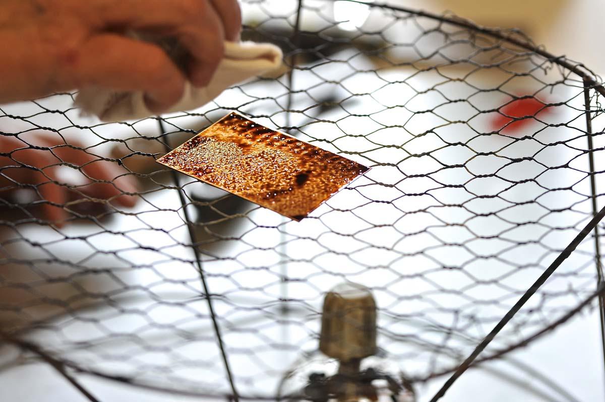 Travail d' aquateinte - atelier Charlotte Reine - photo JY Le Dorlot
