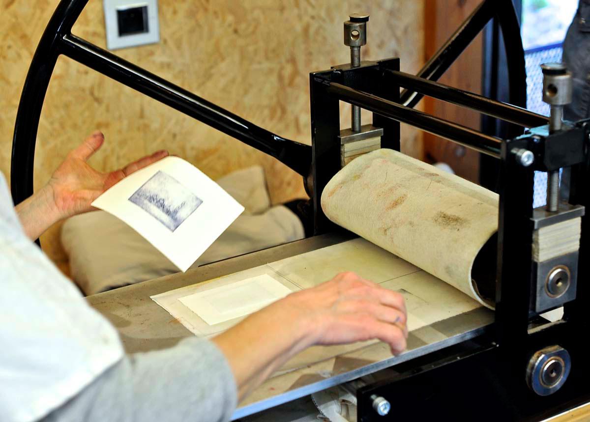 Travail sur la presse - atelier avec Charlotte Reine - Photo JY Le Dorlot
