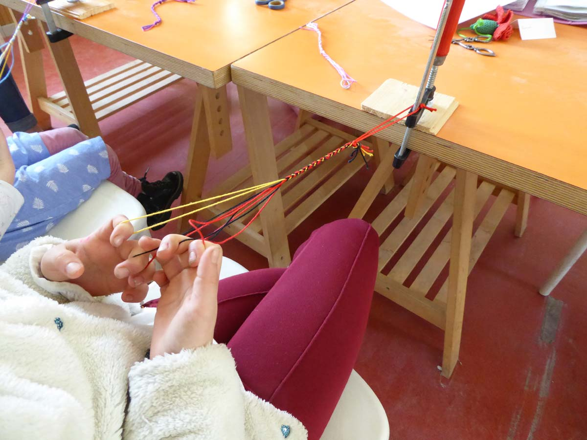 Atelier de tissage de boucles avec Sylvie Lemal